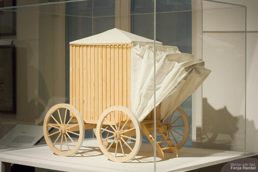 """Modell eines Badewagens aus """"Balnea. Architektur des Bades."""" im Stadtmuseum Kiel"""